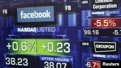 Saham Facebook menunjukkan angka 38,23 dolar saat bel menandai penutupan penjualan lantai bursa NASDAQ di New York, Jum'at (18/5).