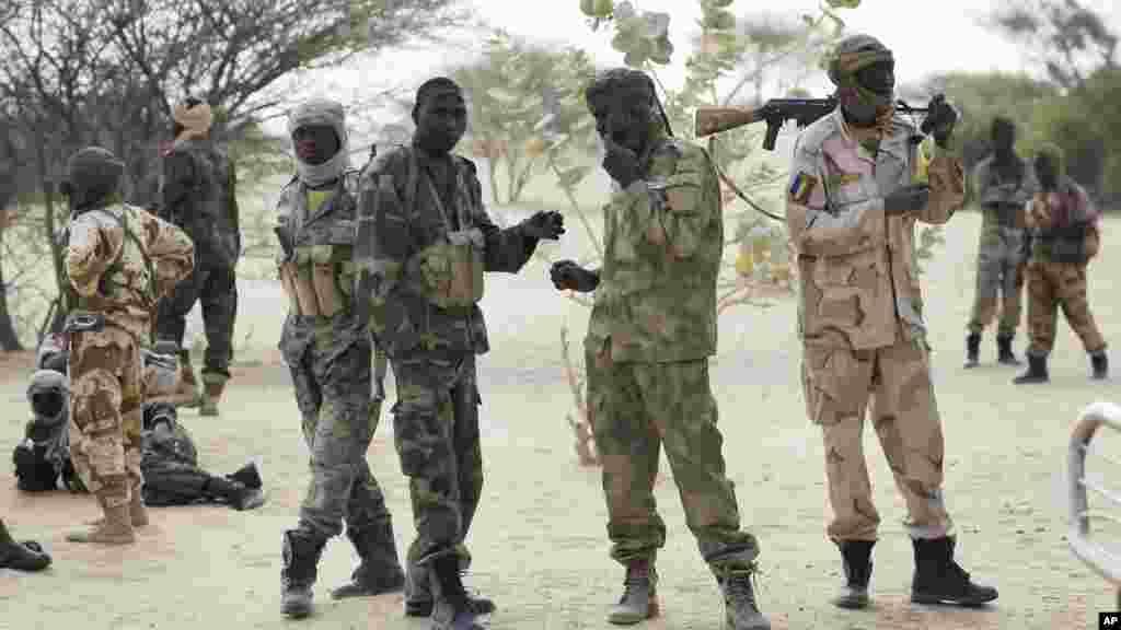 Des troupes tchadiennes stationnées près de la frontière soudanaise près du lac au Tchad à Baga Sola, le 6 mars 2015.