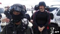 Cảnh sát Thái Lan áp tải Viktor Bout (phải) tới phi trường Don muang ở Bangkok để đưa sang Hoa Kỳ, ngày 16/11/2010