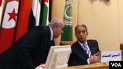 Mantan ketua Liga Arab, Amr Mussa (kanan) memimpin sebuah rapat para menteri luar negeri di Kairo, Mesir (Foto: dok).