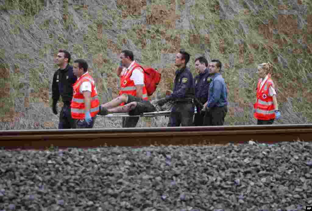 Uno de los heridos es transportado hacia las ambulancias por los rescatistas en Santiago de Compostela.