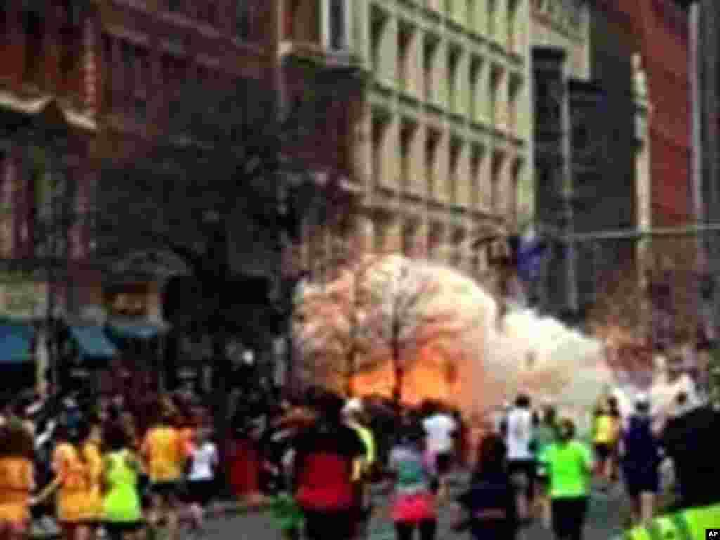 由WBZ TV电视台提供的视频截图显示,波士顿马拉松终点线遭到连环炸弹袭击后,观众和长跑选手逃离现场。