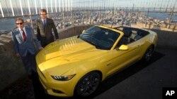 Bill Ford, Chủ tịch điều hành hãng Ford (trái) đứng cạnh xe Mustang mui trần 2015 trên Empire State Building ở New York, ngày 16/4/2014.