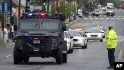 裝甲車和警車開往位於首都華盛頓的海軍造船廠槍擊案現場。