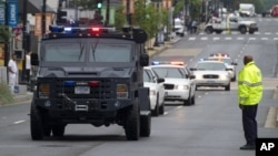 La policía de Washington responde al ataque en el Astillero Naval. Las autoridades navales piden cambios en los sistemas de verificación de seguridad.