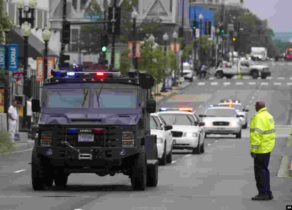 Polisi wakikabiliana na shambulio la bunduki katika kambi ya Washington Navy Yard, Sept. 16, 2013.