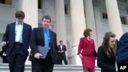 新议员们向参议院领袖递交信件