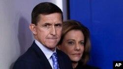 13일 사임 의사를 밝힌 마이클 플린(왼쪽) 백악관 국가안보보좌관이 지난 1일 백악관 브리핑 현장에서 심각한 표정을 짓고있다.
