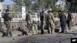 Cảnh sát Afghanistan điều tra hiện trường vụ đánh bom tự sát trong tỉnh Nangarhar, ngày 3/5/2012