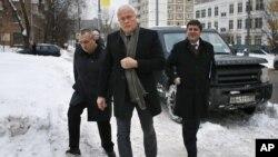Александр Лебедев (в центре)