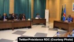 Ba Ministres ba Yambo ya kala Samy Badibanga (G), Mabi Mulumba (2e G) na Singa Udju (3eG) na bokutani na président Félix Tshisekedi na Palais de la nation na Kinshasa, RDC, 6 novembre 2020, (Twitter/Présidence RDC)
