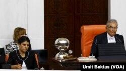 Abdullah Öcalan'ın yeğeni Dilek Öcalan Meclis Geçici Başkanı Deniz Baykal'ın yanında milletvekili yemini ederken