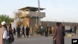 Tentara Pakistan dan para petugas keamanan lainnya berjaga di sekitar penjara di Bannu, 170 kilometer selatan Peshawar, Pakistan, 15 April 2012. (Foto: dok).