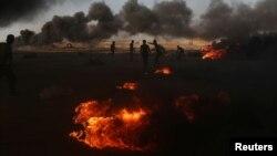 加沙地带巴勒斯坦抗议者星期一燃烧的汽车轮胎冒出浓烟