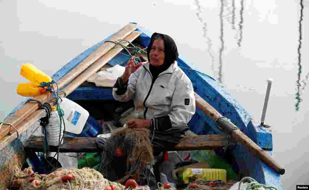 Chrifa Nimri, 69 ans, pêcheuse, après son retour de pêche au port de Sidi Bou Saïd, à Tunis, en Tunisie, le 23 février 2017.