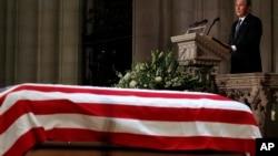 Bivši predsednik SAD Džordž Buš mlađi govori na memorijalnoj službi za svog oca Džordža Buša starijeg u Nacionalnoj katedrali u Vašingtonu, 5, decembar 2018.