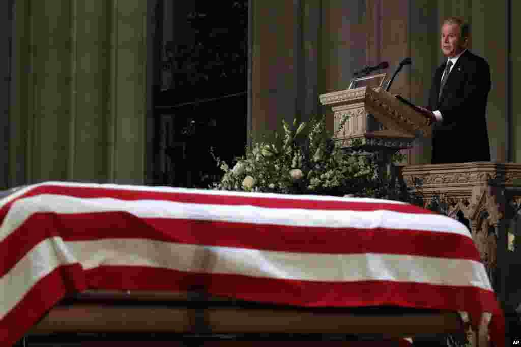 Поранешниот претседател Џорџ Буш зборува пред ковчегот на неговиот татко, поранешниот претседател Џорџ Х.В.Буш покриен со американско знаме. (Државничката погребна церемонија, Национална катедрала, Вашингтон 5-ти декември)