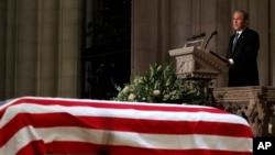 ဖခင္ျဖစ္သူ ႏိုင္ငံေတာ္စ်ာပန အခမ္းအနားမွာ မိန္႔ခြန္းေျပာၾကားေနတဲ့ (၄၃)ဦးေျမာက္ အေမရိကန္သမၼတလည္းျဖစ္၊ ကြယ္လြန္သမၼတ Bush ရဲ႕ သားလည္းျဖစ္သူ George W. Bush (ဒီဇင္ဘာလ ၅၊ ၂၀၁၈)