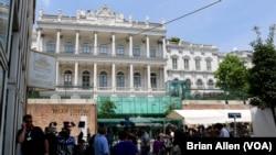 Media crowd outside the venue for the Iran nuclear talks, the Palais Coburg hotel, Vienna, Austria, June 30, 2015.