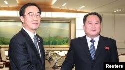 Kepala delegasi Korea Utara, Ri Son Gwon bersama rekan Korea Selatan Cho Myoung-gyon seusai pertemuan mereka di desa gencatan senjata Panmunjom, di zona demiliterisasi yang memisahkan kedua Korea, Korea Selatan, 9 Januari 2018.