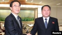 Predstavnik Severne Koreje Ri Son Gvon rukuje se sa južnokorejskim kolegom Čo Mjang-gjonom nakon sastanma u selu Panmundžom