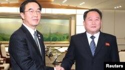 Shugaban tawagar Koriya ta Arewa Ri Son Gwon (Hagu) da takwaransa na Koriya ta Kudu Cho Myoung-gyon (Dama)