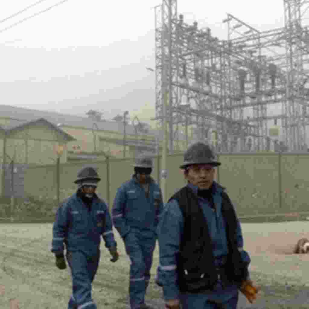 Mineros caminan cerca del proyecto de cobre de Toromocho, en la localidad de Morocha, Perú. El emprendimiento auspiciado por la compañía china, Chinalco , muestra el creciente comercio entre Latinoamérica y el gigante asiático, el cual ha crecido durante