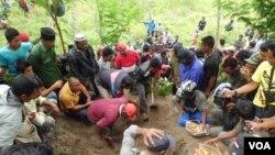 Ratusan warga masyarakat di Kabupaten Bener Meriah, Aceh Timur menyaksikan proses penggalian pada tanggal 17 Juli 2012 yang terletak sekitar 1 kilometer dari jalan lintas Bireuen – Takengon Km 77 (foto dokumentasi: KontraS Aceh).