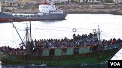 La embarcación que se hundió iba sobrecargadas de migrantes, como la del barco de la foto que llegó a la isla de Lampedusa,