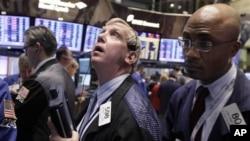 21일 뉴욕 증권 거래소, 협상 결렬 소식에 따른 주가 하락을 지켜보고 있는 증권 중개인