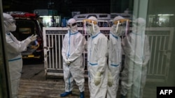 ရန္ကုန္ၿမိဳ႕ Quarantine Center တခုမွာ ေတြ႔ရတဲ့ PPE ဝတ္စံုဝတ္ ပရဟိတလုပ္သားမ်ား။ (ေအာက္တိုဘာ ၀၉၊ ၂၀၂၀)