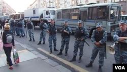 2013年莫斯科市中心支持反對派領袖納瓦爾尼示威中的俄羅斯警察。警察無法保護活動人士,許多示威中的暴力攻擊事件由警察所為。
