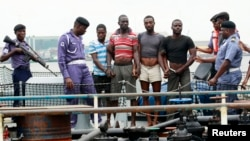 Angkatan Laut Nigeria menahan 4 orang tersangka perompak di pelabuhan Lagos (foto: dok). Perompak menyandera 2 warga AS Rabu 23/10.