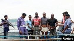 지난 8월 나이지리아 동부 해안에서 해군에 체포된 해적들. (자료사진)