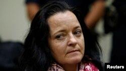 Bị cáo Beate Zschaepe đợi trong phòng xử án ở Munich trước khi thẩm phán ra phán quyết ở Munich, Đức, ngày 11 tháng 7, 2018.