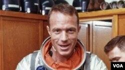 ຮູບພາບ ທ່ານ Scott Carpenter ໃນປີ 1962 ຢູ່ໃນຊຸດອະວະກາດ