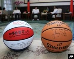 林书豪赠给马英九的签名篮球(右)
