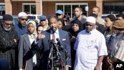 El abogado Ron Sullivan habla en nombre de la familia de Usaama Rahim, durante una conferencia de prensa en Boston.