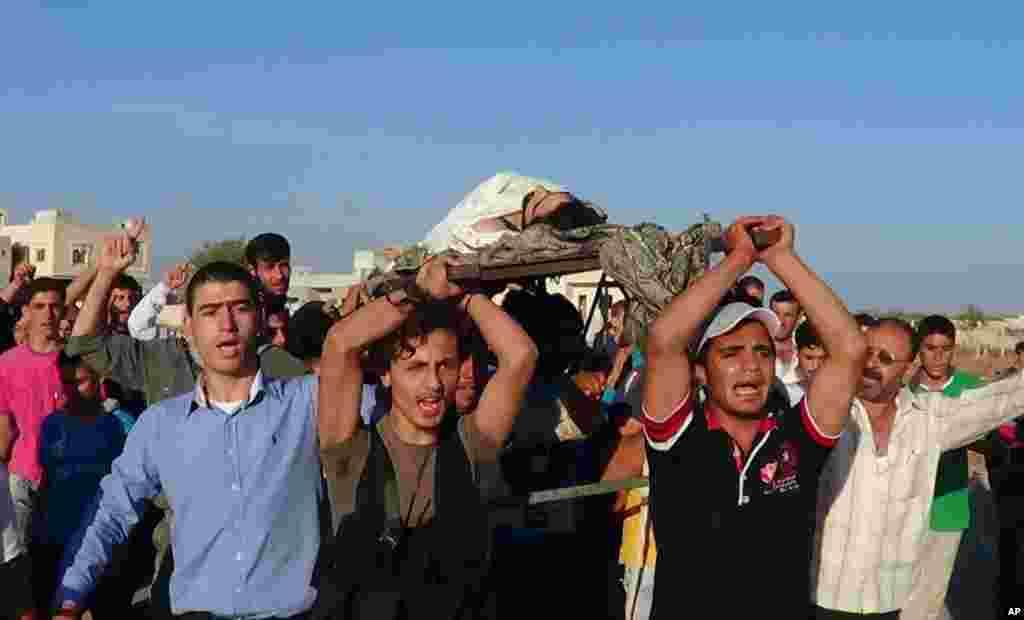 Ðám tang Ammar Ibrahim Reslan, người mà các nhà hoạt động cho biết đã bị giết bởi lực lượng trung thành với Tổng thống Syria Bashar al-Assad, gần Idlib, ngày 16/10/2012.