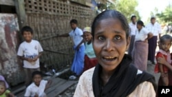 ຊາວມຸສລິມ ພາກັນໄປເຕົ້າໂຮມກັນ ຢູ່ໃກ້ບ່ອນຢູ່ອາໄສ ຂອງພວກເຂົາເຈົ້າ ທີ່ຕາແສງ Aung Mingalar ໃນ Sittwe, ເມືອງຫລວງຂອງລັດຣາຄິນ, ທາງພາກຕາເວັນຕົກຂອງມຽນມາ ໃນວັນເສົາທີ 27 ຕຸລາ, 2012.