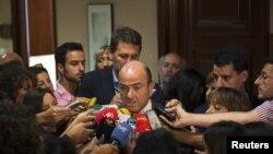 Menteri ekonomi Spanyol, Luis de Guindos berbicara kepada media sebelum melakukan pertemuan dengan parlemen Spanyol di Madrid (23/7).
