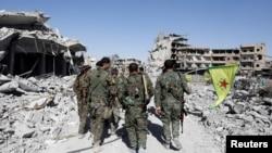 17일 이슬람 무장조직 IS로부터 시리아 락까를 탈환한 시리아민주군(SDF) 대원들이 국립병원 인근을 순찰하고 있다.