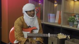 "Abdoulaye Madassane Alkika mawaki na tawagar ""Les Filles de Illighadad""."