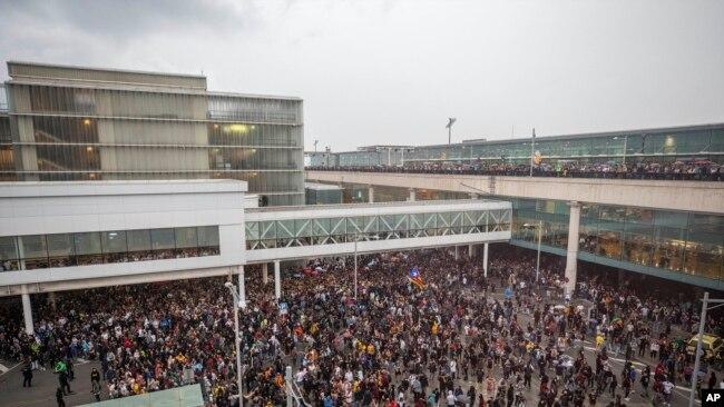 Manifestantes bloquean el aeropuerto El Prat de Barcelona, España, el 14 de octubre de 2019.