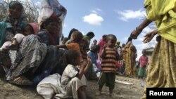 Trẻ em bị suy dinh dưỡng chờ được chăm sóc y tế tại làng Halo, một khu vực bị hạn hán ở Oromia, Ethiopia, ngày 31 tháng 1 năm 2016.