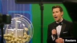 El anfitrión del sorteo, Sam Arlen, durante la lotería que se graba en Tallahassee, Florida.