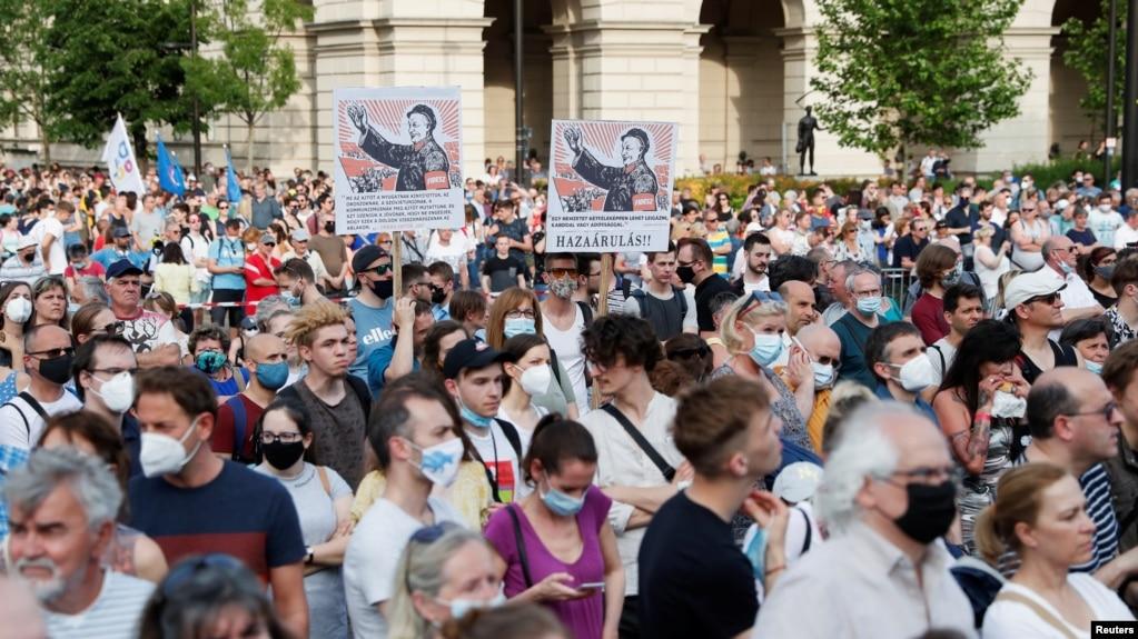 匈牙利布达佩斯市民抗议在其首都建中国复旦大学分校的计划。(2021年6月5日)(photo:VOA)