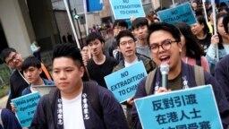 Người biểu tình tuần hành để trong một cuộc biểu tình đòi nhà chức trách bỏ dự luật dẫn độ với Trung Quốc, ở Hong Kong, hôm 31/3. Hàng nghìn luật sư Hong Kong đã tuần hành hôm 6/6 trong một cuộc biểu tình tương tự.