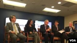 美国学者车维德(左一)5月30日在华盛顿出席朝鲜问题座谈(美国之音叶林摄)