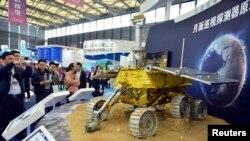 Prototipo del explorador lunar chino, en la Feria Industrial de Shangai. Un vehículo similar tiene problemas mecánicos en la supeficie de la luna.